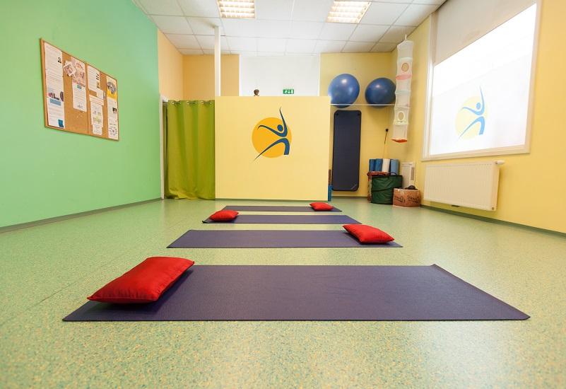GesundheitLernen großer Trainingsraum mit Yogamatten