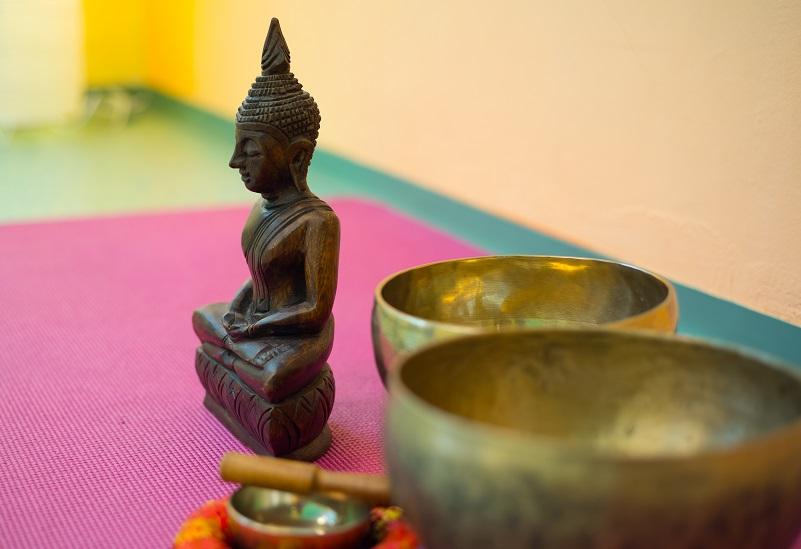 GesundheitLernen Buddha mit Klangschale und Yogamatte