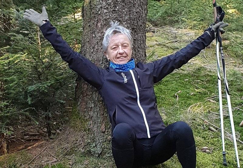 Erni beim Nordic Walken